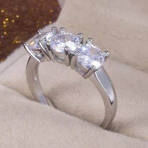 Jewelry - 18k Round Cut Diamond wedding Ring